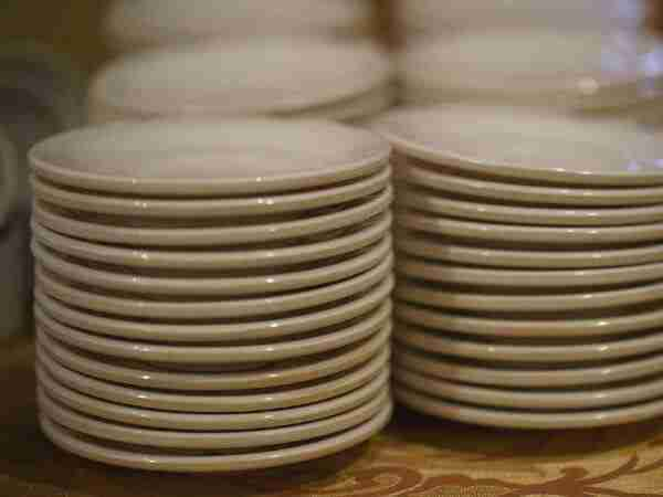 empty plates ready for packing